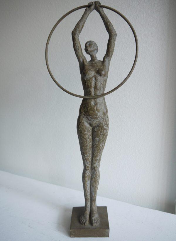 Brun-dam-staty