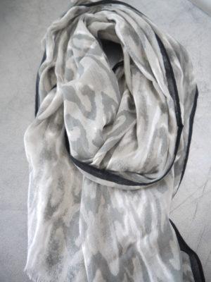 Grå scarf camouflage. Besök Blickfång.se