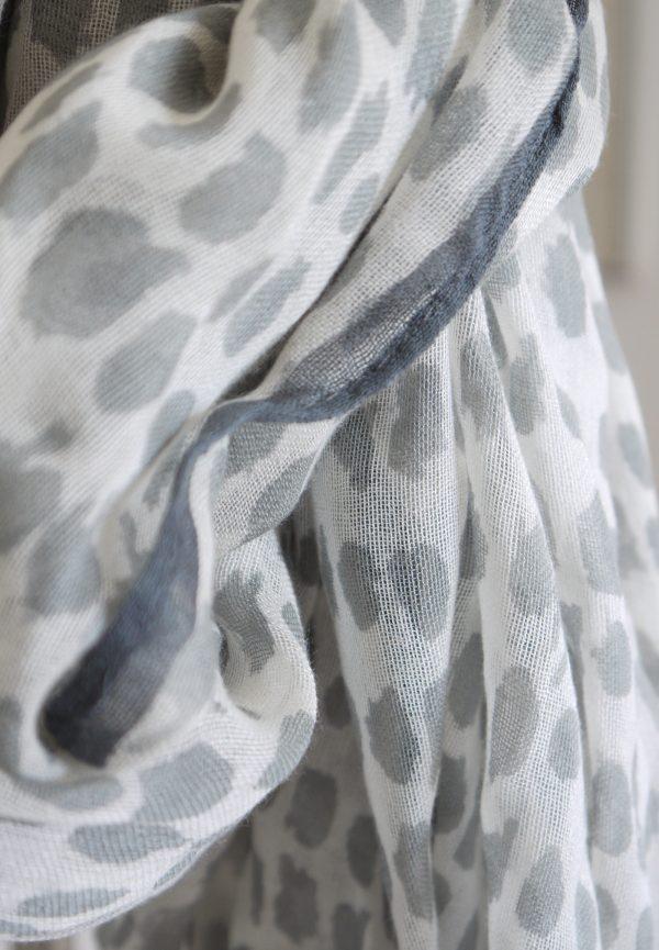Gra-vit-prickig-scarf-1