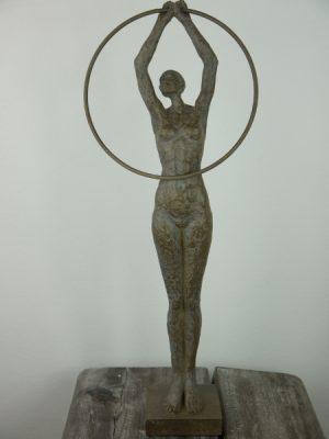 Dam med ring staty