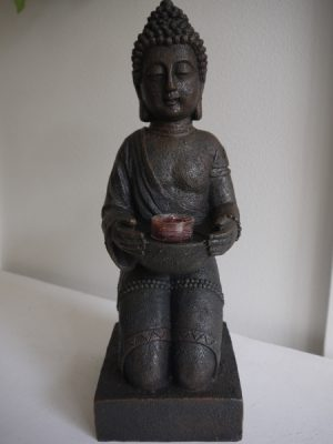 Sittande buddha med ljushallare