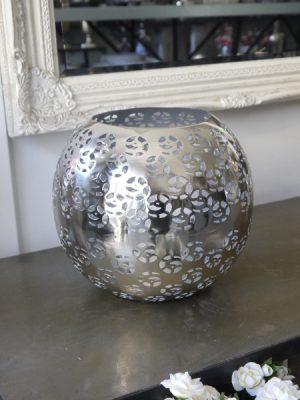 Rund metallykta i silver med hålmönster