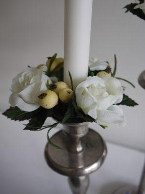 Ljusmanschett med blommor och bar