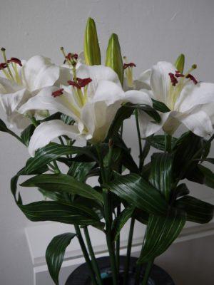 Konstgjord-lilja-med-vita-blommor