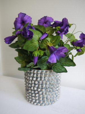 Konstgjord mörklila petunia. Besök Blickfång.se