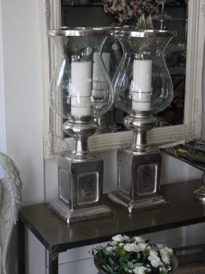 Stor ljuslykta med glaskupa i silver metall