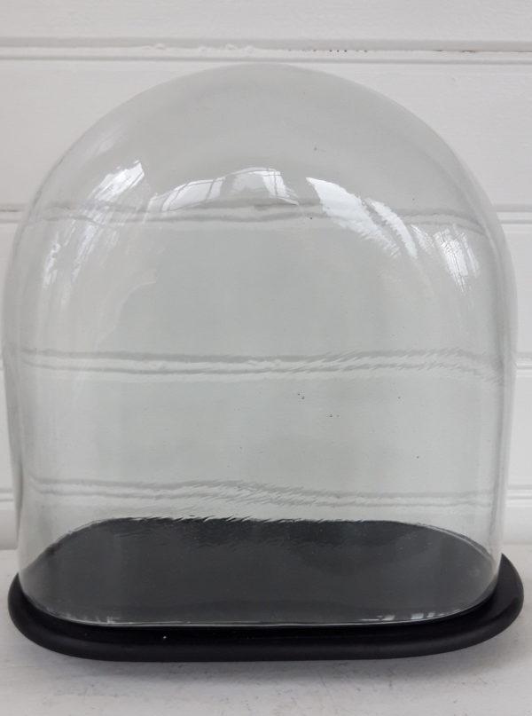 glasklocka-pa-svart-fat-2