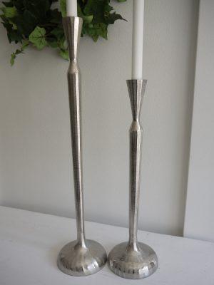 Hog smal ljusstake i silver-metall som finns i två storlekar