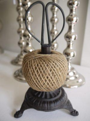 Trådhållare med sax. Besök Blickfång.se