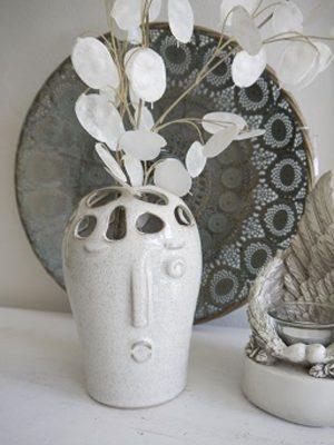 Ansiktsvas med hål till blommor. Besök Blickfång.se