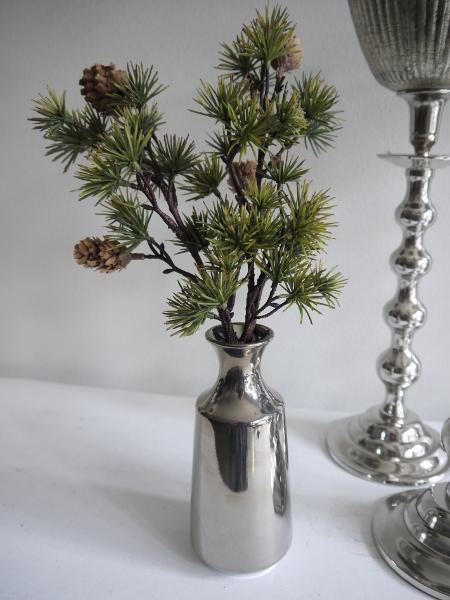 Konstgjord-larkkvist-med-kottar