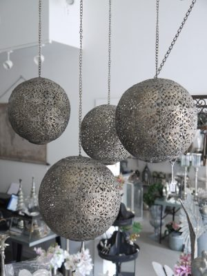 Hängklot med hålmönster till värmeljus. Besök Blickfång.se
