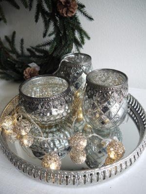 Ljusslinga metallbollar i silver. Besök Blickfång.se