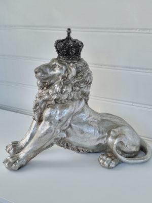 Prydnadssak lejon i silver med krona. Besök Blickfång.se