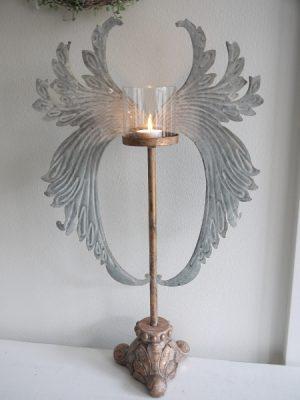 LLjusstake med änglavingar och glascylinder. Besök Blickfång.se