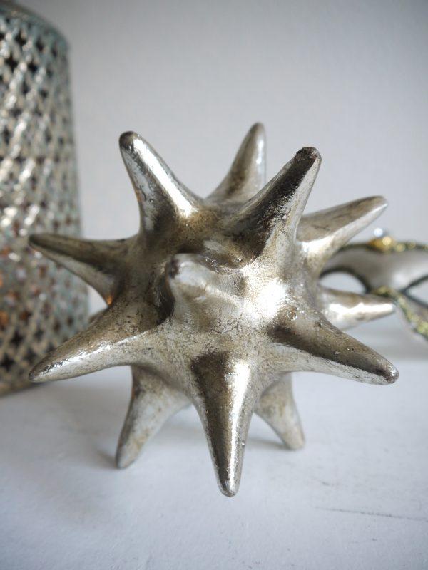 Rund-taggig-prydnadssak-i-silver-1