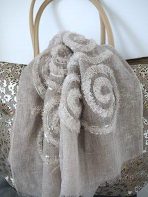 Beige scarf med paljetter. Besök Blickfång.se