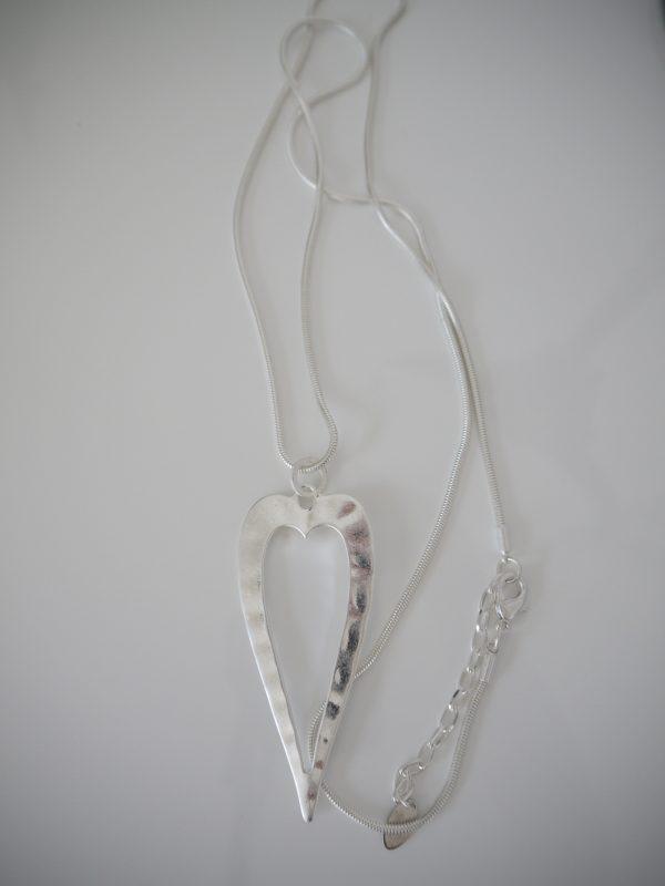 Langt-halsband-med-silver-hjarta-1