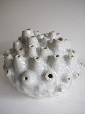 Vas med hål i keramik