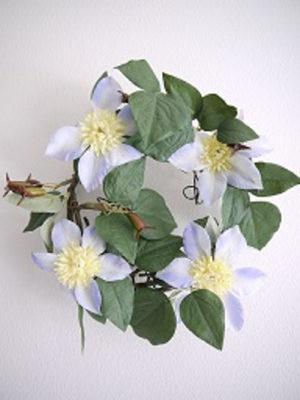 Konstgjord klematis krans. Besök Blickfång.se
