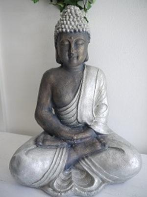 Stor buddha i brun och silver. Besök Blickfång.se