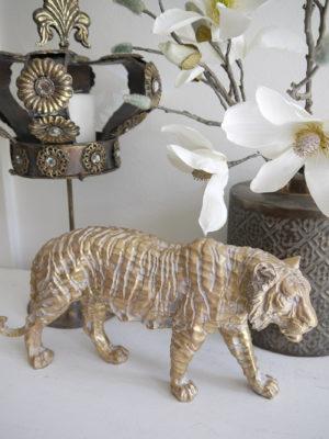 Tiger dekorationsdjur i vitt och guld. Besök Blickfång.se