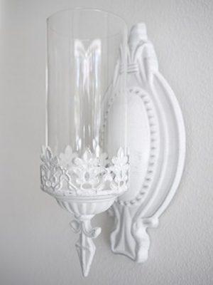 Vit väggljuslykta med glascylinder. Besök Blickfång.se