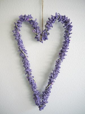 Konstgjord lavendelhjärta. Besök Blickfång.se