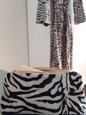 Necessär med zebra mönster. Besök Blickfåpng.se