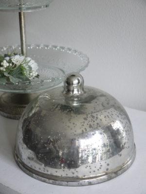 Glasklocka i fattigmanssilver. Besök Blickfång.se