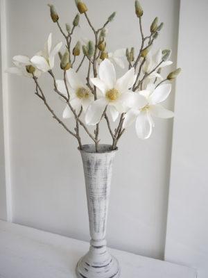 Konstgjord vit magnolia på stjälk. Besök Blickfång.se