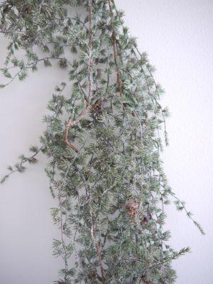 Konstgjord lummer girlang med kottar. Besök Blickfång.se