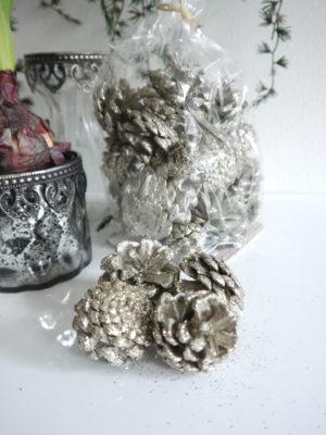 Kottar i silver för dekoration. Besök Blickfång.se