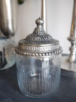 Burk i glas med silverlock. Besök Blickfång.se