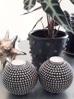 Ljuslykta med nitar i silver. Besök Blickfång.se