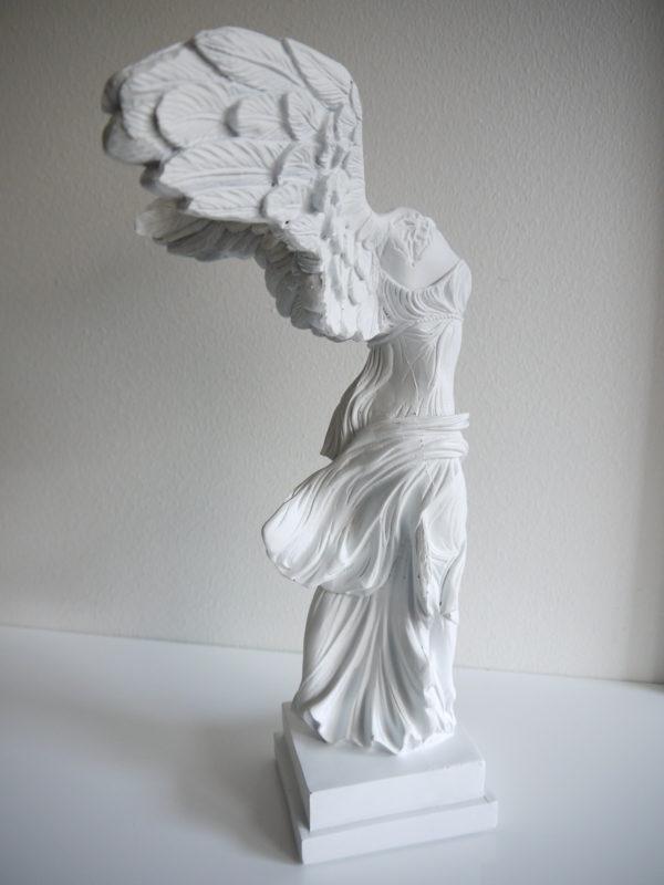 vit-angel-staty-med-vingar-1