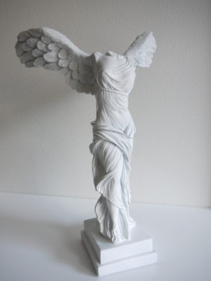 Vit ängel staty med vingar. Besök Blickfång.se