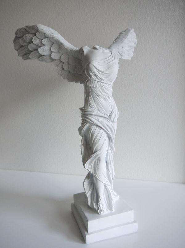 vit-angel-staty-med-vingar