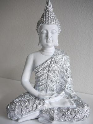 Buddha i vitt och silver. Besök Blickfång.se