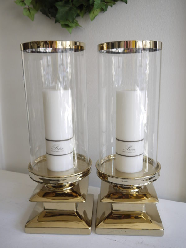 Stor-ljuslykta-i-guld-med-clascylinder