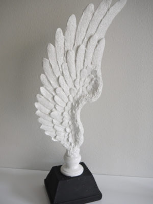 Vit vinge på fot prydnadsfigur. Besök Blickfång.se