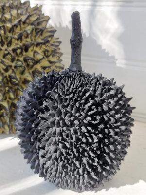 Durian svart dekorationsfrukt. Besök Blickfång.se