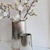 Oval vas i silver metall. Besök Blickfång.se