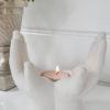 Ljuslykta vita händer. Besök Blickfång.se