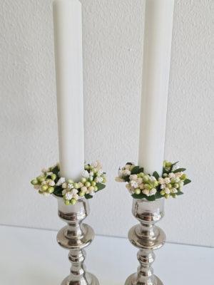 Ljusmanschett med vita bär. Besök Blickfång.se