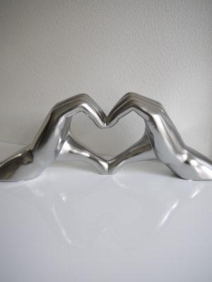 Hjärtformade händer matt silver. Besök Blickfång.se