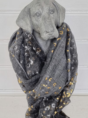 Grå scarf med mönster i guld och silver. Besök Blickfång.se