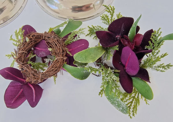 ljusmanschett-med-morklila-blommor-1