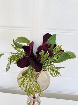 Ljusmanschett med mörklila blommor. Besök Blickfång.se