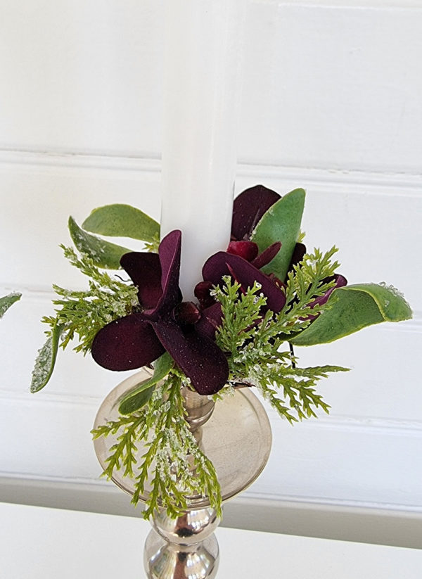 ljusmanschett-med-morklila-blommor
